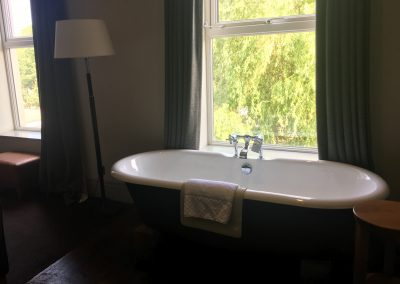 Image - bathtub in hotel room